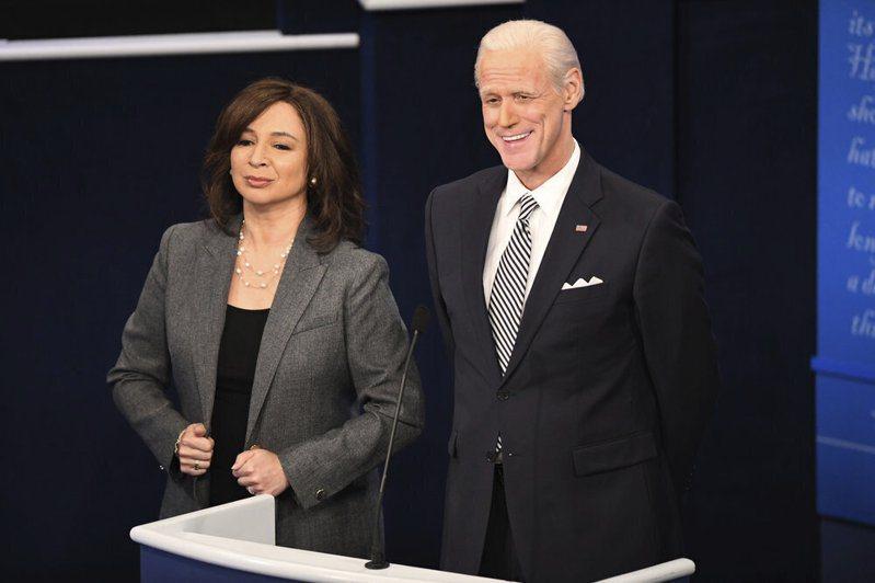 廣受歡迎的NBC深夜綜藝節目「周六夜現場」以諷刺消遣名人政客為內容特色。圖為去年10月大選前演員分別模仿拜登(右)及賀錦麗(左)。(美聯社)
