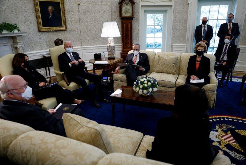 拜登總統(左三)與副總統賀錦麗(左二)3日在白宮會見民主黨籍國會參議員時,呼籲對1.9兆疫情紓困法案要「迅速行動」,但也表示願作調整。左四為參院多數黨領袖舒默。(美聯社)