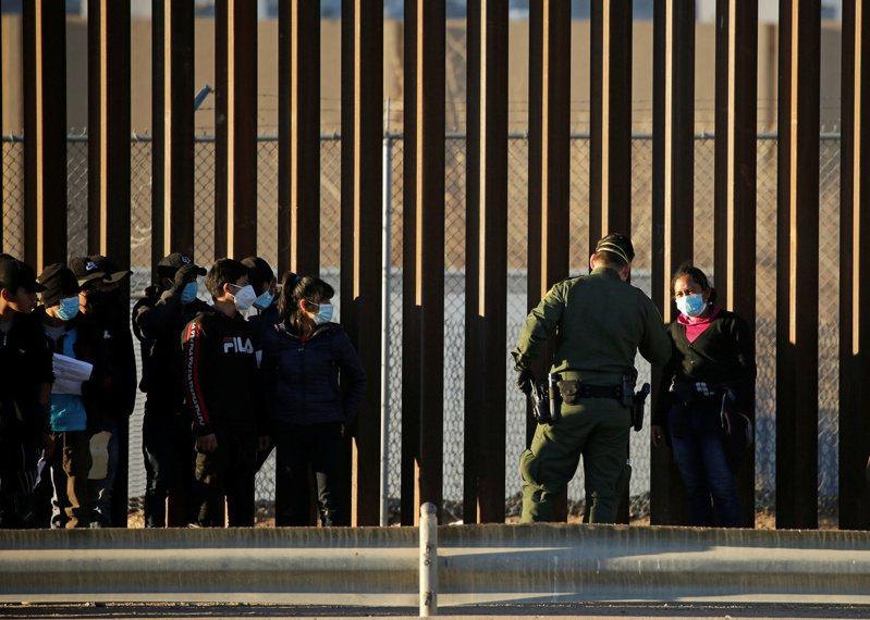 一向支持川普政策的移民幹員,抗拒拜登總統和新國安部長的指示。圖為從中美洲偷渡來美的無證移民,向邊境移民幹員要求申請政治庇護。(路透)