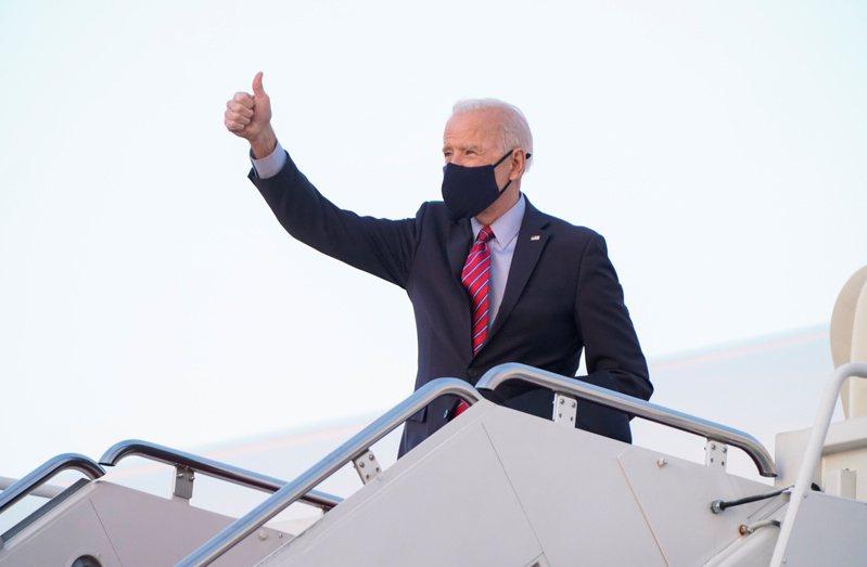 拜登總統5日在馬里蘭州安德魯斯空軍基地,乘坐空軍一號返回德拉瓦州度周末。(路透)