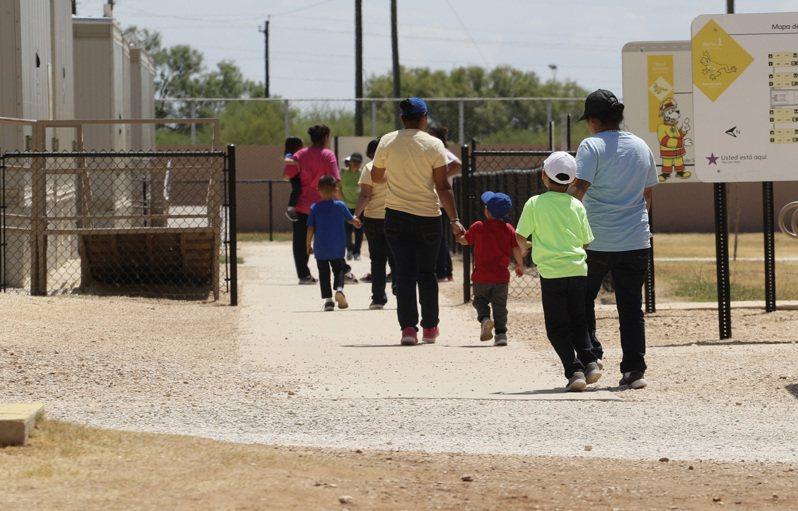 拜登總統提出移民法案,可能「大赦」數百萬名符合資格的無證移民,為他們申請成為公民鋪路。圖為德州庇護所的無證移民。(美聯社)
