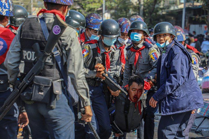 緬甸警方用武力驅散反政變示威者,傳出其中一名女子被實彈擊中頭部,性命垂危。(路透)