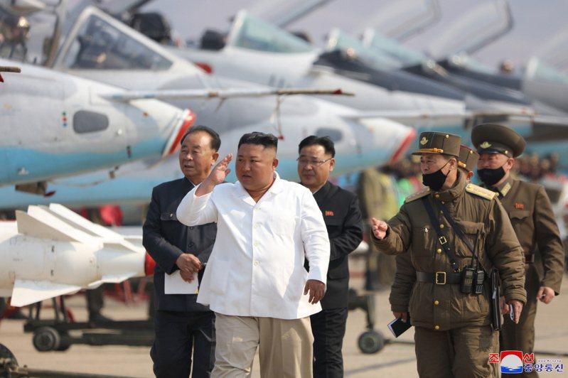 北韓用盡手段研發核武及飛彈,圖為北韓領導人金正恩(中)。(歐新社資料照片)
