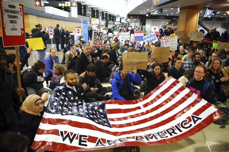 拜登政府拟加快处理职业移民绿卡积案,增加外国技能工人但不扩大H-1B名额。图为2017年1月民众在西雅图机场示威,要求不要限制工作签证。美联社(photo:UDN)