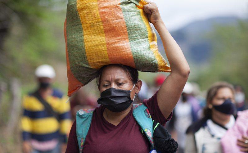 越来越多的中美洲居民向美墨边界涌来,认为拜登政府上台,美国将放宽移民限制。(美联社)(photo:UDN)