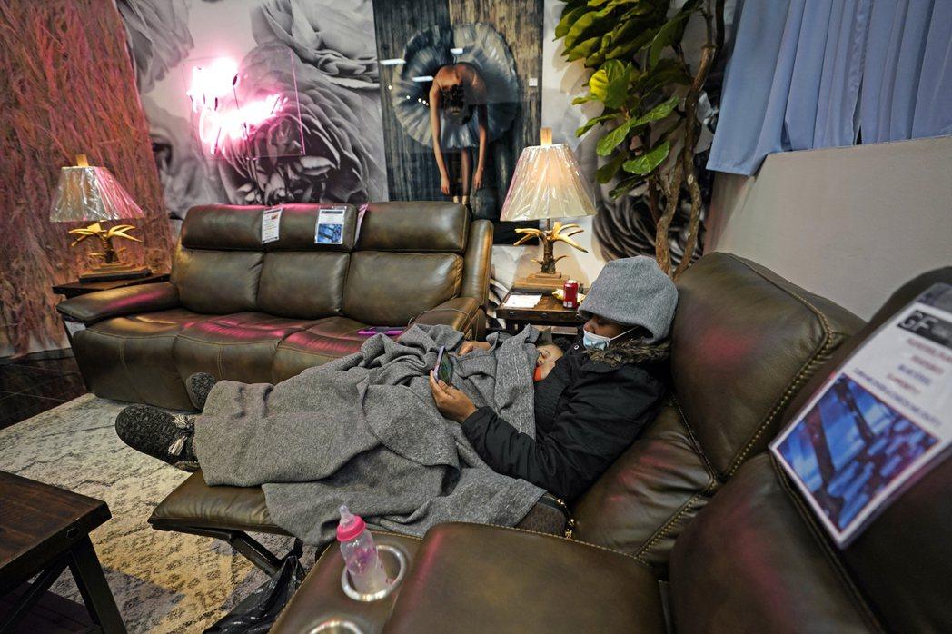 受暴風雪癱瘓電網影響,全美有近340萬戶停電。圖為德州休士頓居民躲到一家家居店避...