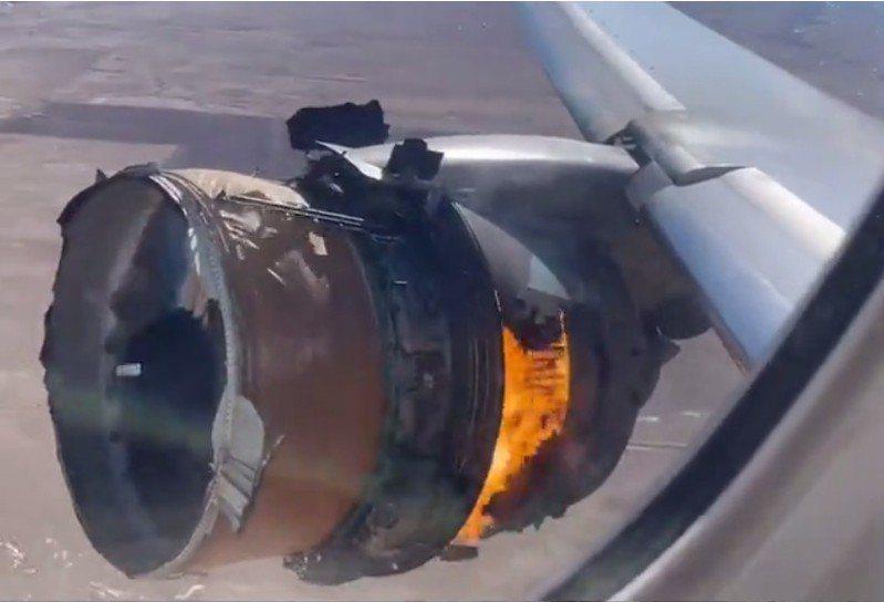 乘客所拍攝的「聯合航空」波音777-200航機,20日自丹佛起飛後不久,就發生左引擎著火的驚險鏡頭。(取自推特)