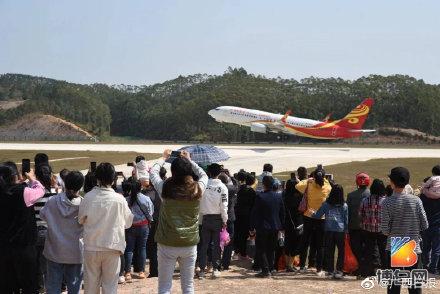 近距離看飛機是玉林福綿機場的「招牌」景觀。(取材自廣西日報)