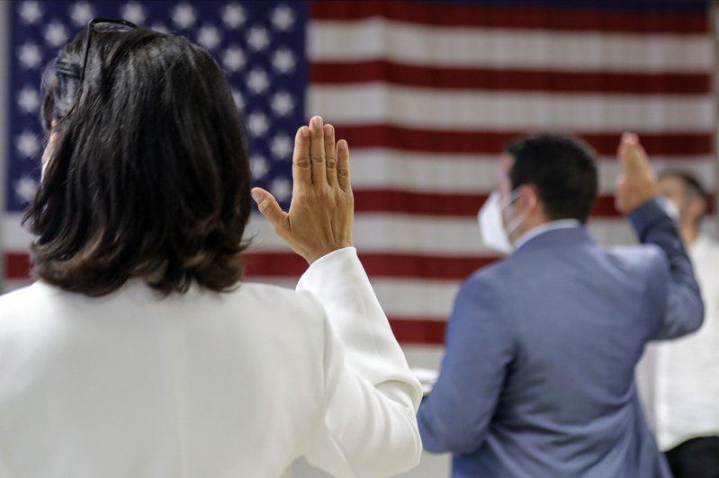 川普政府時期,移民入籍考試變難。拜登總統命令3月1日起放寬,試題變得容易,使宣誓入籍更容易。(美聯社)