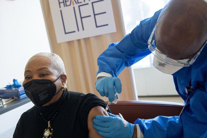 CDC指全美已有17%成年人接種了新冠疫苗。路透