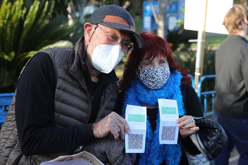 在以色列,有民眾展示證明已接種疫苗的「綠碼」,準備進場觀看演唱會。歐新社