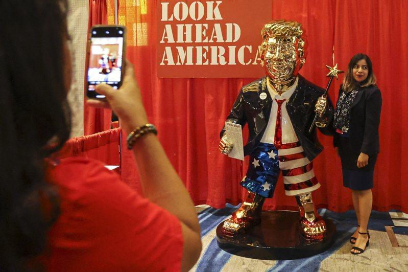 在保守派政治行动会议现场,置放了一座川普金像,被网友嘲笑有如旧约金牛犊。美联社(photo:UDN)