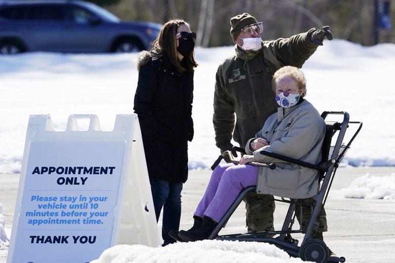 圖為在緬因州的空軍國民兵協助一位病患何處施打疫苗。(美聯社)