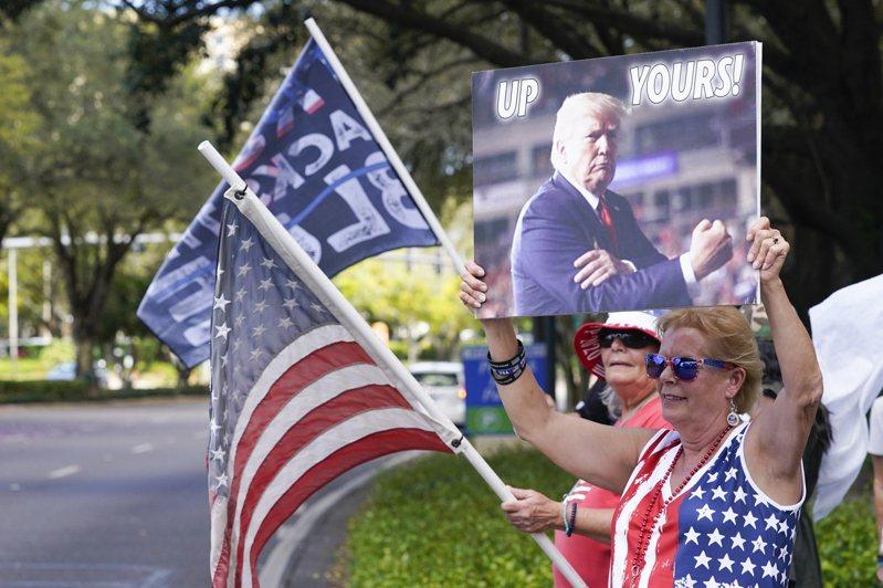 正在佛州奧蘭多舉行的保守派政治行動會議,前總統川普仍然是備受歡迎的人物,場外有很多支持者搖旗吶喊。(美聯社)