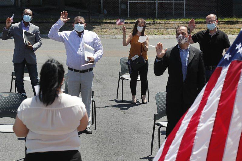 来自委内瑞拉的88岁移民老翁罗梅洛,罹患癌症已到末期,在人生旅程结束前,终于如愿在家中宣誓成为美国公民;图为疫情期间的新公民入籍仪式。(美联社)(photo:UDN)