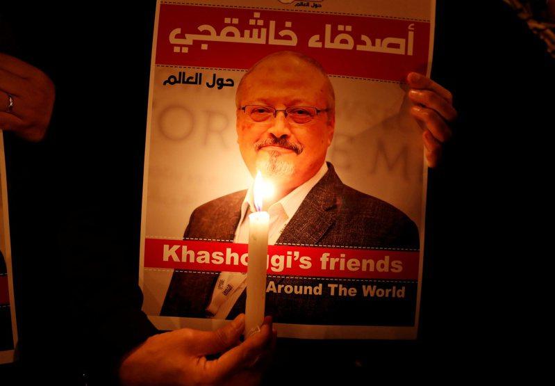 流亡記者哈紹吉被殺後,一名示威者拿著哈紹吉海報在伊斯坦堡的沙烏地阿拉伯領事館外抗議。(路透資料照片)