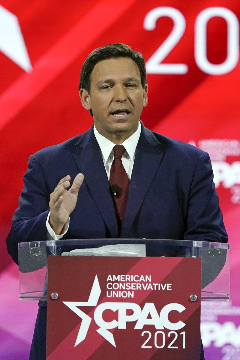 共和黨的明日之星,佛州州長德桑提斯27日在CPAC年會上演講。(美聯社)