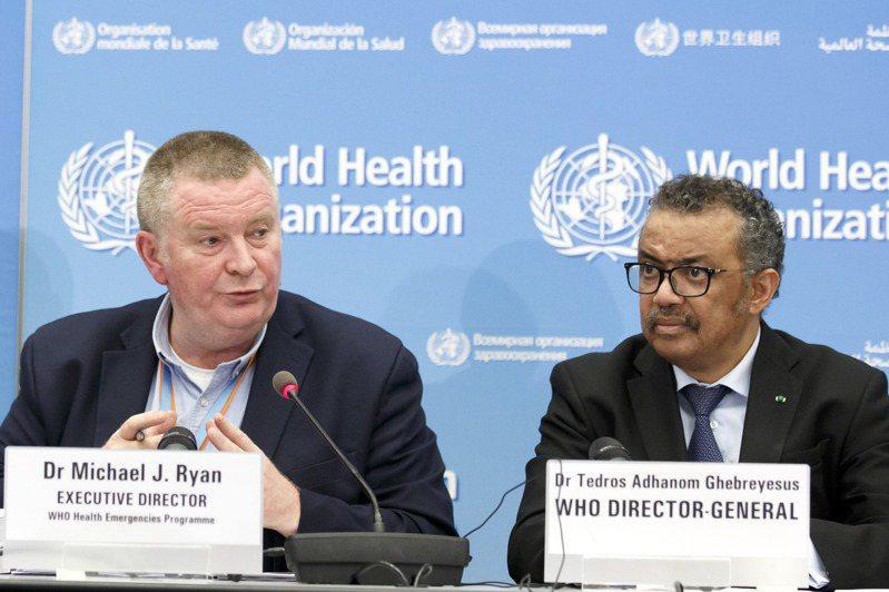 WHO緊急計畫主任萊恩(左)與秘書長譚德塞1日在記者會上表示,新冠疫情危機解決,為時尚早。(美聯社)