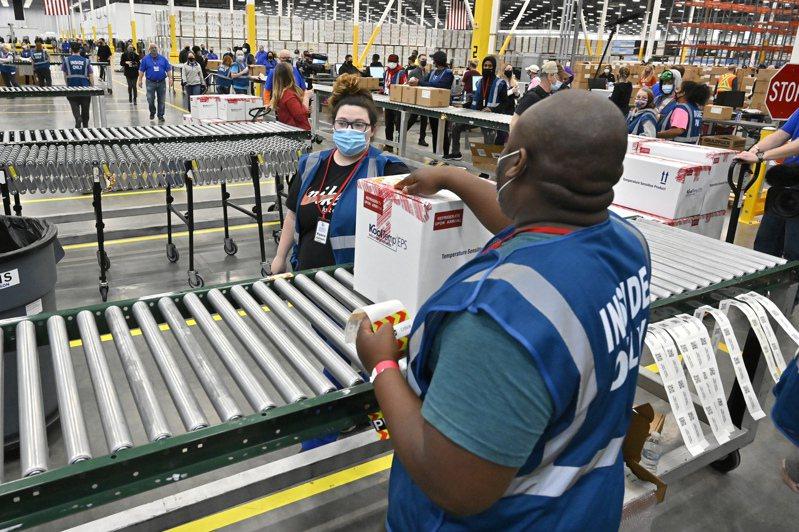 工作人員1日上午在肯他基州施佛德維爾市的麥克森工廠內,為第一批嬌生疫苗出貨,寫上標誌。嬌生疫苗立即提供全美使用。(美聯社)