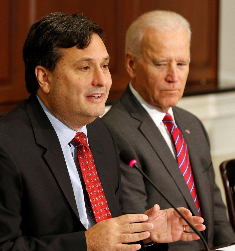 拜登總統(右)信任的白宮幕僚長柯連恩(左),被共和黨國會議員批「垂簾聽政」。(路透)