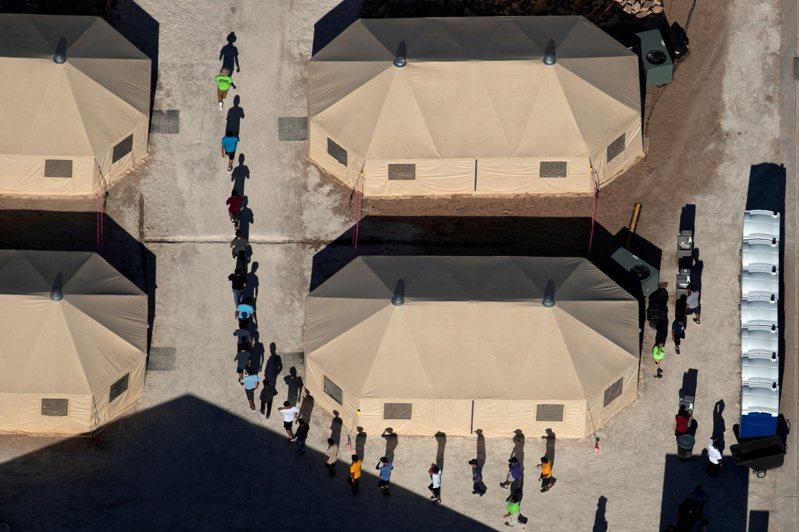 由於無家長陪伴的無證移民兒童每天增加300人以上,拜登政府決定於德州再開第二座移民帳篷營。圖為川普政府在德州設立的首座移民帳篷營。(路透)