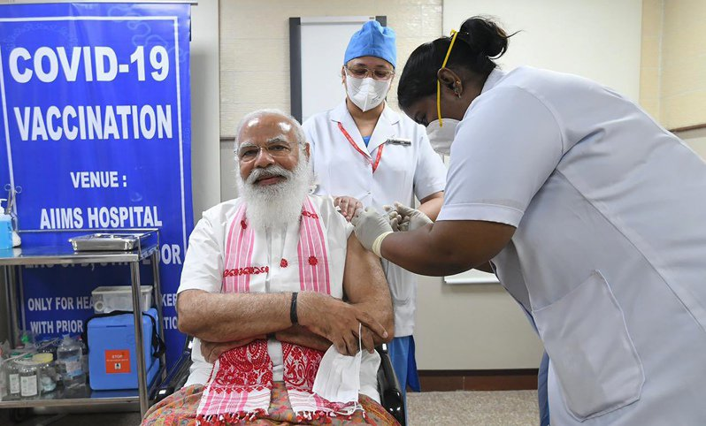 印度1日展開第二階段疫苗接種工作,對2億7000萬高危險群人們接種疫苗,圖為印度總理莫迪當天前往醫院接種。(美聯社)