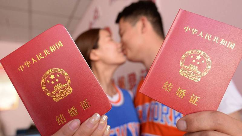 中國目前的法定結婚年齡為男滿22歲,女滿20歲。(取材自CGTN/東方IC圖)