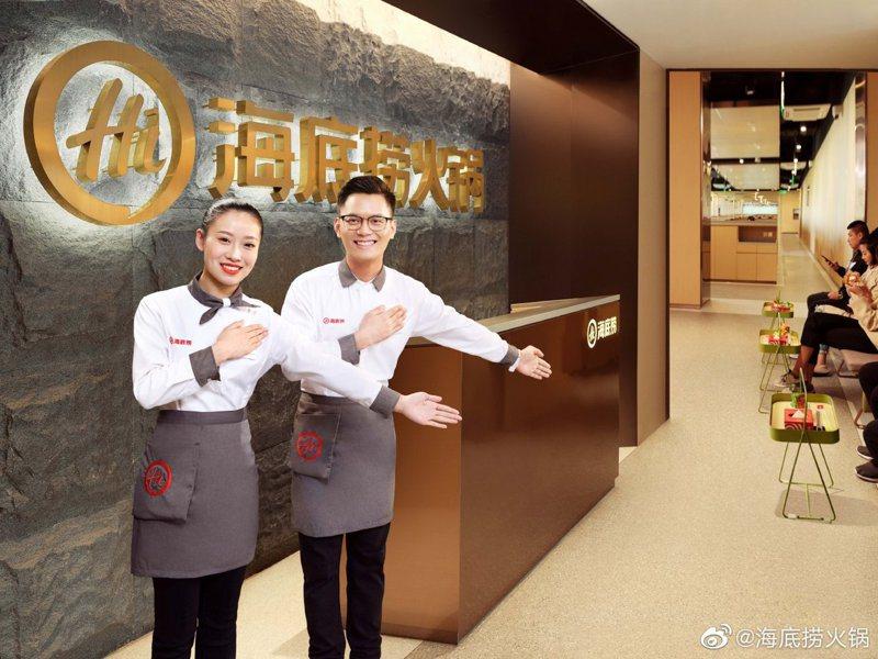 中國火鍋品牌「海底撈」近期被海外媒體報導,溫哥華分店裝監視器的影像也會回傳中國大陸,台灣海底撈今天也發聲明回應。圖/取自微博