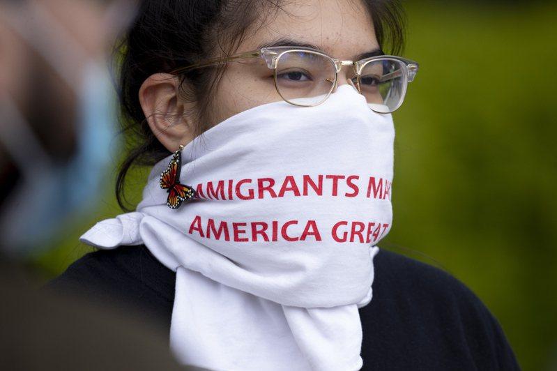 一名「夢想生」在華府抗議時,圍著口鼻的布巾上寫著「移民讓美國更偉大」。歐新社