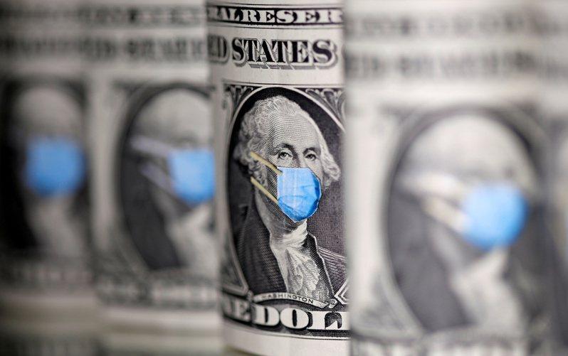 拜登總統1.9兆元紓困方案6日終獲參院批准,再送眾院協商,可望日內簽署生效,每人可獲1400元紓困金及300元失業津貼。圖為美鈔上戴上口罩的華盛頓肖像。(路透)