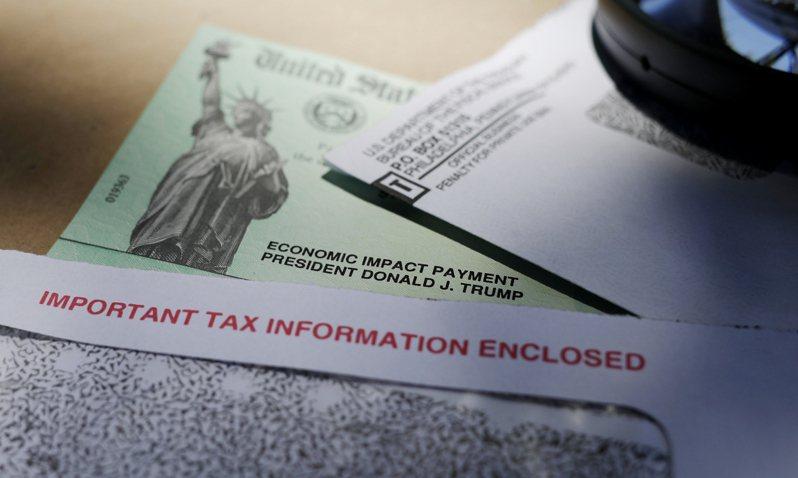 拜登總統1.9兆元紓困方案6日終獲參院批准,再送眾院協商,可望日內簽署生效,每人可獲1400元紓困金及300元失業津貼。(美聯社)