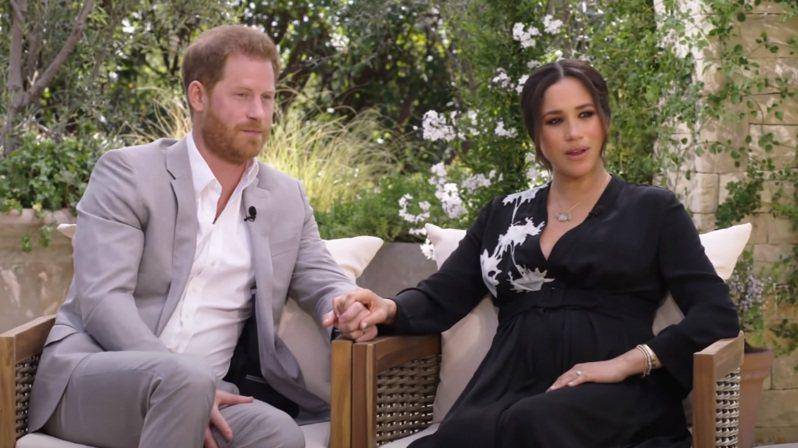 哈利(左)與梅根一起受訪,已宣布懷孕的梅根,腹部明顯隆起。(取材自YouTube)