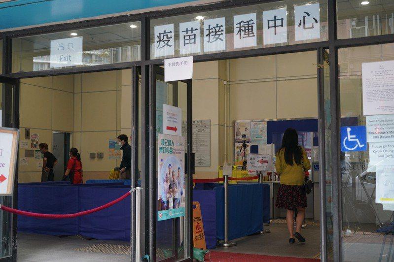 繼一周兩宗死亡個案後,香港再有兩名長期病患接種科興疫苗後情況危殆,市民接種疫苗人數按日減26.4%。(中新社)