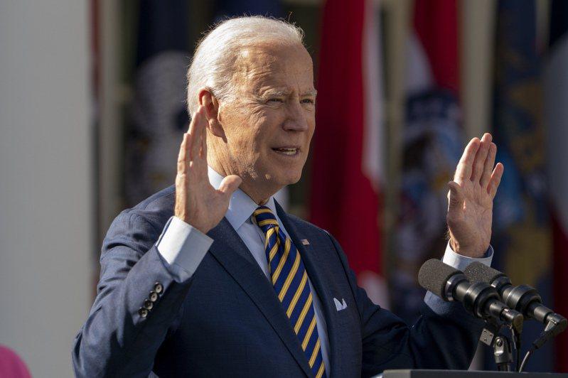 美國總統拜登12日在白宮玫瑰園慶祝紓困法案實施,心情大好。美聯社