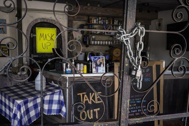 圖為洛杉磯1月時多數餐廳不得營業。圖/美聯社