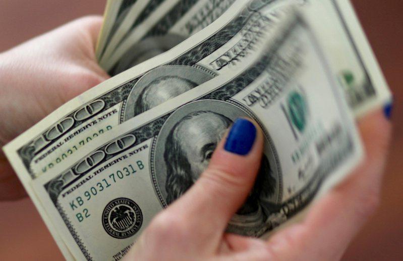 國稅局12日開始發放紓困支票1400元,款項在周末持續入帳,民眾自14日起可使用「Get My Payment」工具查看入帳情況。(路透)