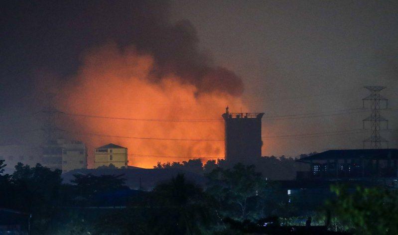 緬甸仰光萊達雅工業區的中資工廠遭人縱火,15日清晨可見到火光衝天。 (歐新社)
