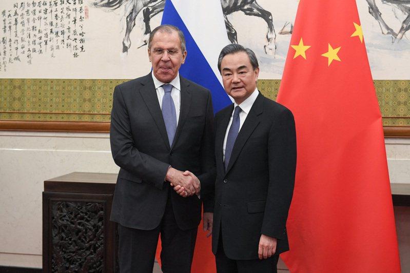 俄羅斯外長拉夫羅夫(左)將於下周訪問中國,並與中國國務委員兼外交部長王毅(右)會談。(中新社資料照片)