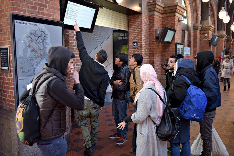丹麥為防止不斷增加的外來人口,將更嚴格的執行移民控管措施,降低「非西方血統」人口在地方社區的配額比例,10年內,減少每個社區的外來移民至30%的額度限制內。(路透資料照片)