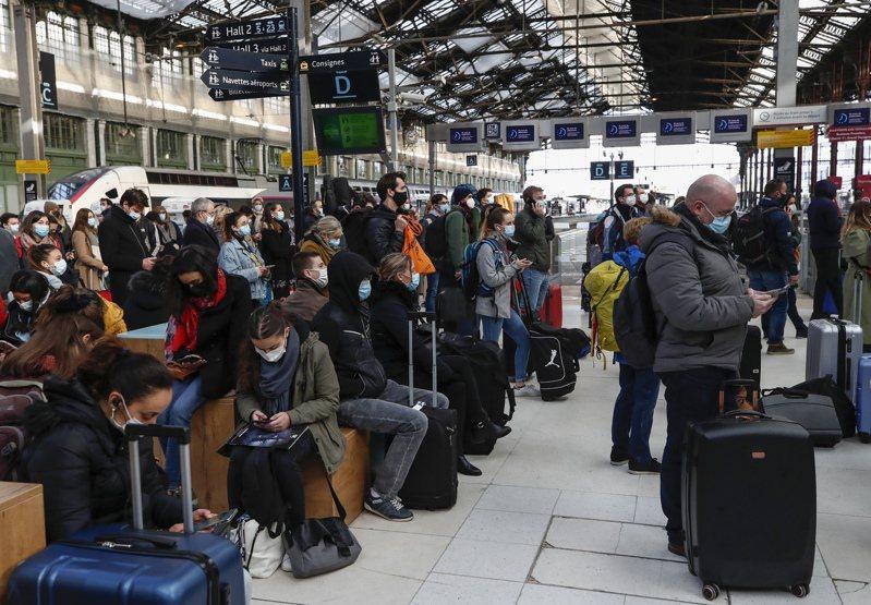 法國巴黎將實施1個月封城,巴黎民眾19日在巴黎里昂火車站等候登上列車離開當地。(美聯社)
