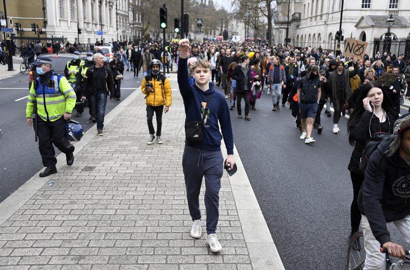 倫敦20日有民眾上街,反對抗疫封鎖措施。 (美聯社)