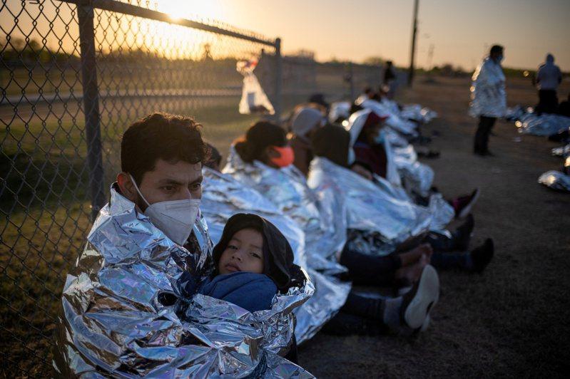 目前有逾5000無證兒童在邊境被關押,而移民拘留所的條件簡陋,德州州長艾伯特批評拜登政府的移民政策導致了人道主義危機。(路透)