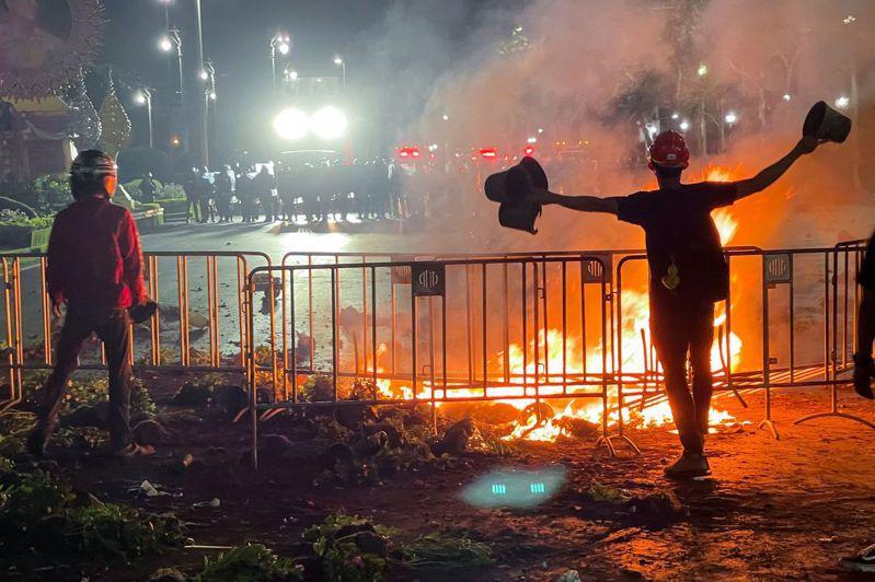 泰國示威者焚燒輪胎和垃圾等物品。(路透)