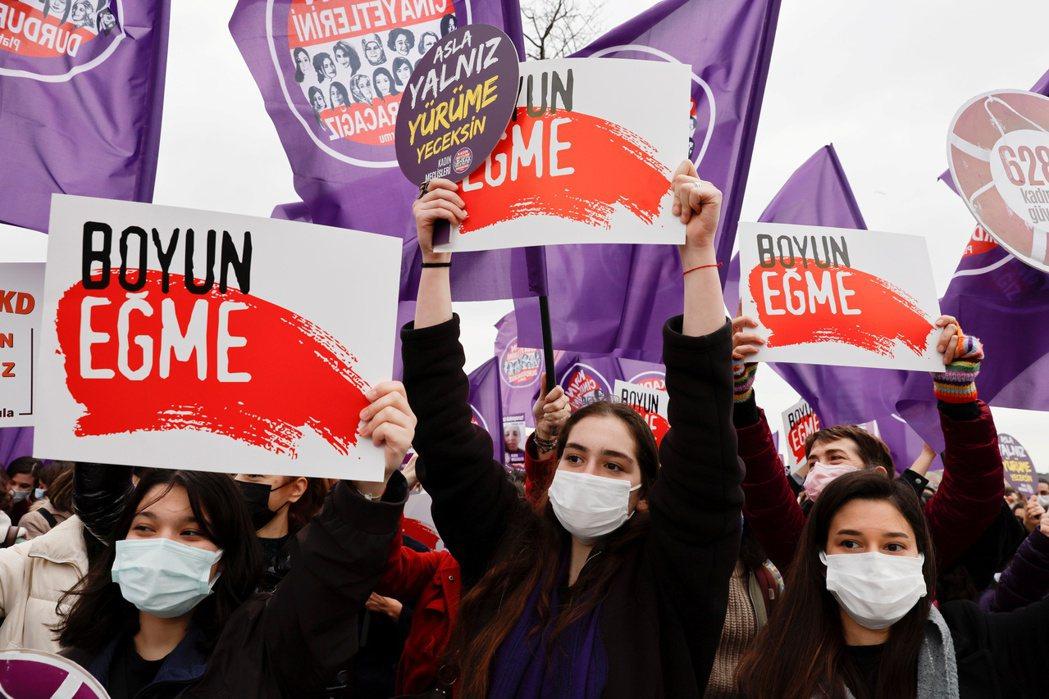 土耳其婦女20日傍晚群集安卡拉巿中心,抗議政府退出預防家暴等針對女性暴力的「伊斯...