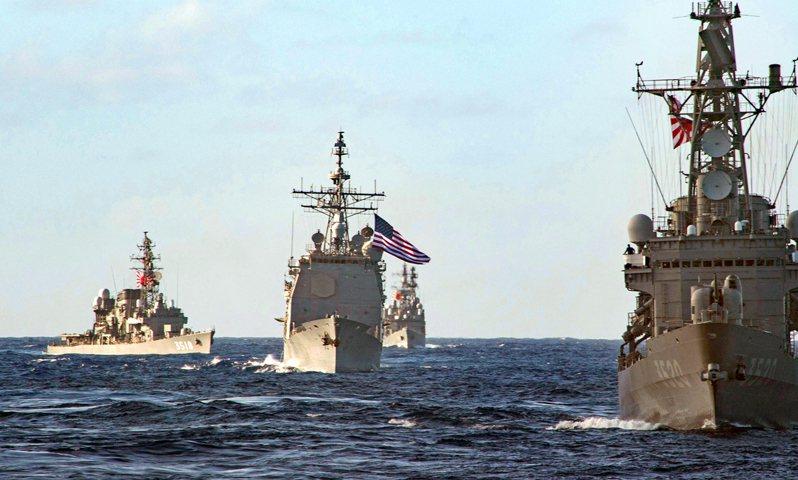 日本訓練艦「旗風號」(右)、美軍飛彈巡洋艦「碉堡山號」(中)、「瀨戶雪號」(左)和日本海自衛隊驅逐艦「夕霧號」2月底在太平洋舉行聯合軍演。(取材自美國太平洋艦隊)