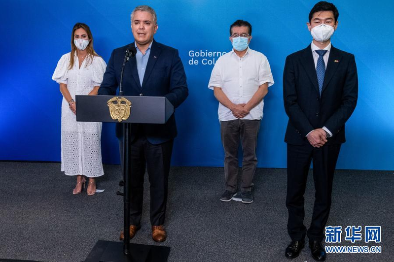 哥倫比亞證實今天累計逾8萬起新冠肺炎死亡病例,醫院加護病房幾乎全滿。波哥大市長羅培茲宣布染疫,將自我隔離。圖為哥倫比亞總統杜克日前在北部海濱城市巴蘭基亞宣布新一批中國科興疫苗抵達。(取材自人民日報)