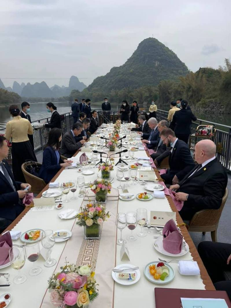 王毅和拉夫羅夫在灕江邊,一邊欣賞美景,一邊共享美食。(取材自俄國外交部臉書)