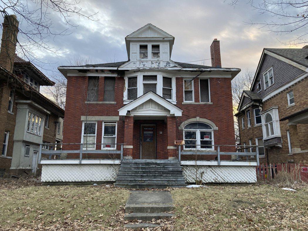 明星主持人柯提斯花了7.7萬元買舊屋和翻修,未料當年售屋的人竟然不是屋主。(美聯...