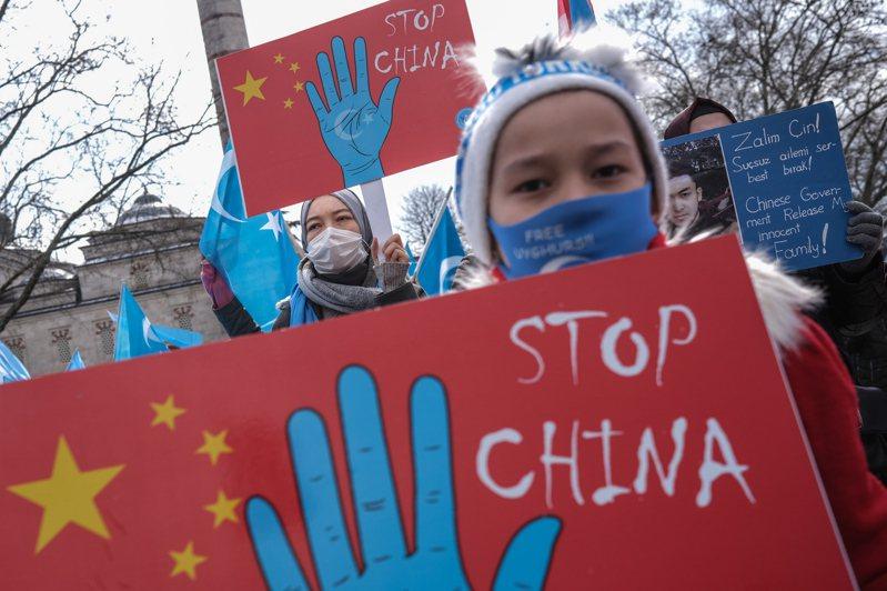 數百維吾爾人赴中國駐伊斯坦堡總領事館外示威,抗議中國實施種族滅絕。(歐新社) (聯合報資料照)