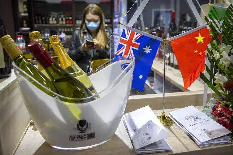 澳洲葡萄酒成了中澳關係惡化下的最大受害者,圖為在上海舉行的中國國際進口博覽會。(美聯社)